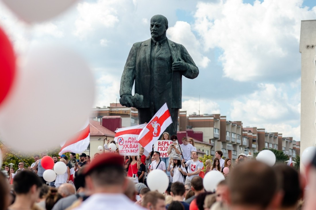 Protestors in Babrujsk assemble in front of a statue of Lenin on August 16th 2020.